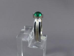 Bicolor ring met smaragd