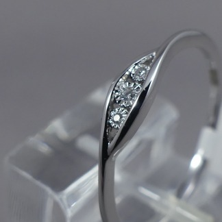 witgouden ring met 3 diamanten