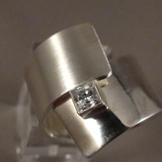 Strakke zilveren ring met steen
