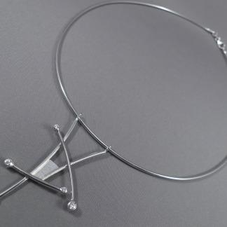 Witgouden spang met diamant hanger