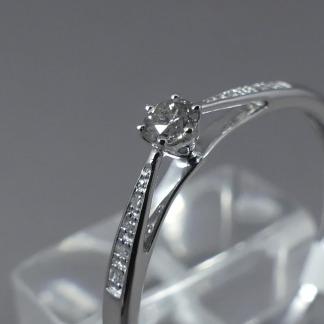 solitair ring met zijstenen
